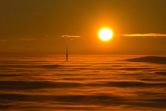 La torre de la TV está sobre la niebla Imágenes de archivo libres de regalías