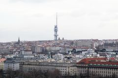 La torre de la TV y el panorama de Praga fotos de archivo