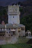 La torre de un monasterio en la montaña de Athos Foto de archivo
