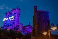 La torre dei bassofondi del terrore e delle palme sul fondo del cielo blu negli studi di Hollywood a Walt Disney World 5 immagine stock