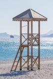 La torre del bagnino sulla spiaggia Fotografie Stock Libere da Diritti