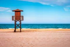 La torre del bagnino sulla spiaggia vicino al vedere Fotografia Stock Libera da Diritti