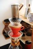 La torre del caffè di versa sopra i dispositivi di gocciolamento Metodi fare manuali alternativi Concetto di specialit? Miscela i fotografia stock libera da diritti