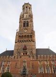La torre del campanario de una iglesia en Brujas Bélgica Fotografía de archivo libre de regalías