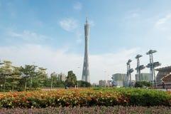 La torre del cantón debajo del cielo azul, Guangzhou TV y la torre, la señal de la ciudad y el centro turístico de visita turísti Foto de archivo