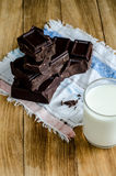 La torre del chocolate junta las piezas con leche en la tabla de madera Imágenes de archivo libres de regalías