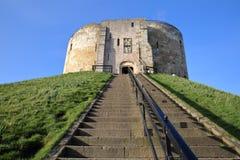 La torre del Clifford en York con las escaleras que llevan a la entrada principal en el primero plano foto de archivo