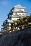 La torre del homenaje del castillo de Nagoya vista se encaramó en los terraplenes Foto de archivo libre de regalías