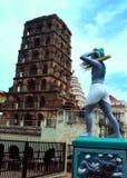 La torre del palacio del maratha del thanjavur con la estatua del granjero Imagenes de archivo