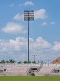 La torre del proyector del estadio sobre azul Imagen de archivo libre de regalías