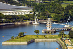 La torre del puesto de observación en el distrito de la vivienda de Tanjong Rhu en Singapur en la puesta del sol Bahía acogedora  Imágenes de archivo libres de regalías