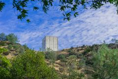 La torre del radar a la izquierda que se coloca encima del soporte Umunhum imagenes de archivo
