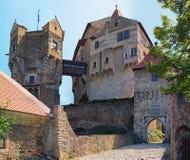 La torre del reloj en el castillo de Pernstejn Este castillo empleado una roca sobre el pueblo de Nedvedice, región del sur de Mo Imagenes de archivo