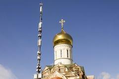 La torre del ` s dell'operatore del telefono cellulare e la cupola della chiesa stanno aumentando nel cielo blu Fotografia Stock Libera da Diritti