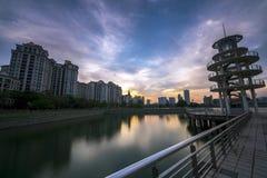La torre dell'allerta al distretto dell'alloggio di Tanjong Rhu a Singapore al tramonto Baia accogliente al bacino del kallang Immagine Stock Libera da Diritti