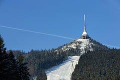 La torre dell'allerta e del trasmettitore in un inverno abbellisce sulla collina ha scherzato Immagini Stock Libere da Diritti
