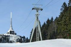 La torre dell'allerta e del trasmettitore in un inverno abbellisce sulla collina ha scherzato Fotografia Stock