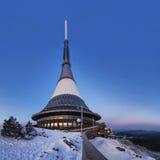 La torre dell'allerta e del trasmettitore in un inverno abbellisce sulla collina ha scherzato Immagini Stock