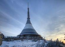 La torre dell'allerta e del trasmettitore in un inverno abbellisce sulla collina ha scherzato Fotografia Stock Libera da Diritti