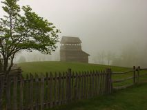 La torre dell'allerta, l'albero, recinto di ferrovia del serpente, ha steccato il recinto, il recinto di ferrovia della pila e la Fotografia Stock Libera da Diritti