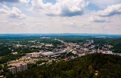 La torre dell'Arkansas delle sorgenti di acqua calda trascura i giorni di estate Fotografie Stock Libere da Diritti