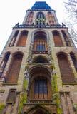La torre della cattedrale dei DOM sopra una fila delle case storiche di Utrecht, Olanda Fotografie Stock Libere da Diritti