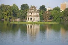 La torre della tartaruga sul lago della spada nel sole di pomeriggio hanoi Fotografie Stock Libere da Diritti