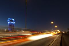 La torre di acqua di Jedda alla notte, con l'automobile accende il moto sullo stree Immagine Stock