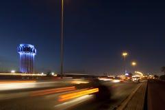 La torre di acqua di Jedda alla notte, con l'automobile accende il moto sullo stree Fotografie Stock Libere da Diritti