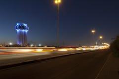 La torre di acqua di Jedda alla notte, con l'automobile accende il moto sullo stree Immagini Stock