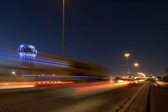 La torre di acqua di Jedda alla notte, con l'automobile accende il moto sullo stree Fotografia Stock