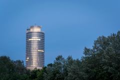 La torre di affari di Lit nel lago Woehrder vede a Norimberga durante fotografia stock libera da diritti