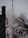 La torre di Bacu TV nella foschia di Bacu, Azerbaigian Fotografie Stock Libere da Diritti