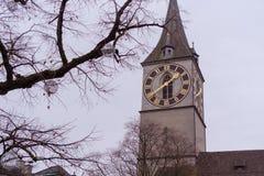 La torre di chiesa di St Peter con il grande orologio da Zurigo Immagini Stock