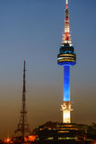 La torre di Namsan Seoul alla notte si è accesa in blu Immagini Stock Libere da Diritti