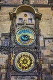 La torre di orologio del municipio di Praga di notte Immagini Stock Libere da Diritti