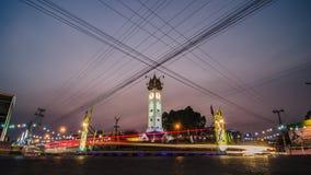 La torre di orologio di Mahasarakham nella sera con i semafori trascina Fotografie Stock