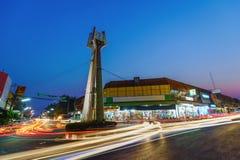 La torre di orologio di Khonburi alla notte è punto di riferimento nel centro giù Immagine Stock