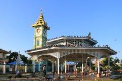 La torre di orologio nella città di Mandalay, Myanmar fotografie stock libere da diritti