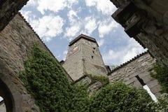 La torre di orologio veduta dal cortile Fotografia Stock Libera da Diritti