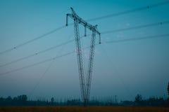 La torre di potere ad alta tensione della fonte di V Fotografia Stock Libera da Diritti