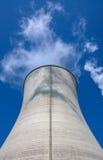 La torre di raffreddamento della centrale elettrica Immagini Stock Libere da Diritti