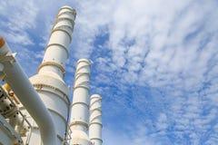 La torre di raffreddamento della pianta del gas e del petrolio, gas caldo dal processo stava raffreddando come il processo Immagini Stock
