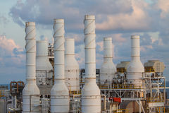 La torre di raffreddamento della pianta del gas e del petrolio, gas caldo dal processo stava raffreddando come il processo, la lin Immagine Stock