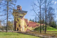 La torre di rovina in Catherine Park in Tsarskoye Selo Immagine Stock