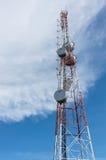 La torre di telecomunicazione del segnale dell'antenna con cielo blu e la nuvola Fotografia Stock Libera da Diritti