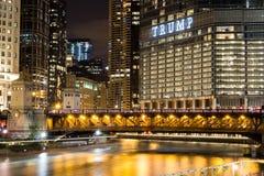 La torre di Trump in Chicago alla notte con luce trascina dalla tassa sull'acqua fotografia stock libera da diritti