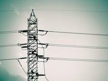 La torre ed il cavo ad alta tensione allineano nel cielo Fotografia Stock Libera da Diritti