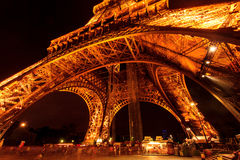 La torre Eiffel alla notte Immagini Stock