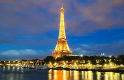 La torre Eiffel alla notte, Parigi, Francia Fotografia Stock